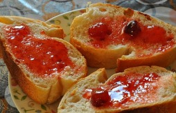 1.1419699392.lecker-brot-mit-marmelade
