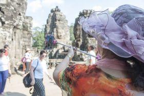 VisitorsinAngkorWat2